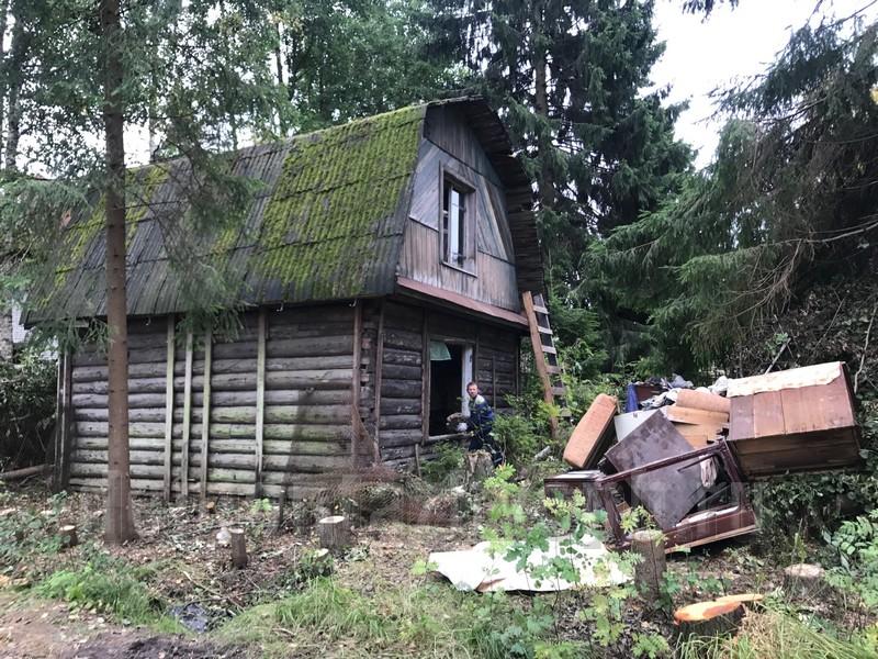 Если человек видит, что у него появился старый дом, то наяву он желает купить и переехать в собственное жильё.